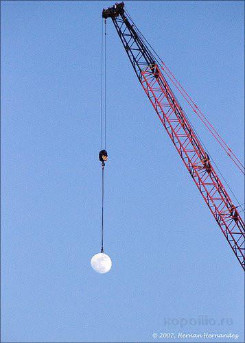 кто поднимает луну