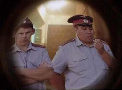 два милиционера в дверном глазке